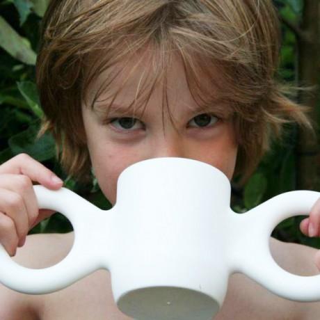 niño bebiendo dombo